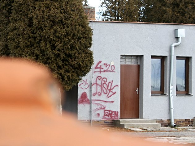 Obřadní síň v břeclavské městské části Poštorná popsal sprejer.
