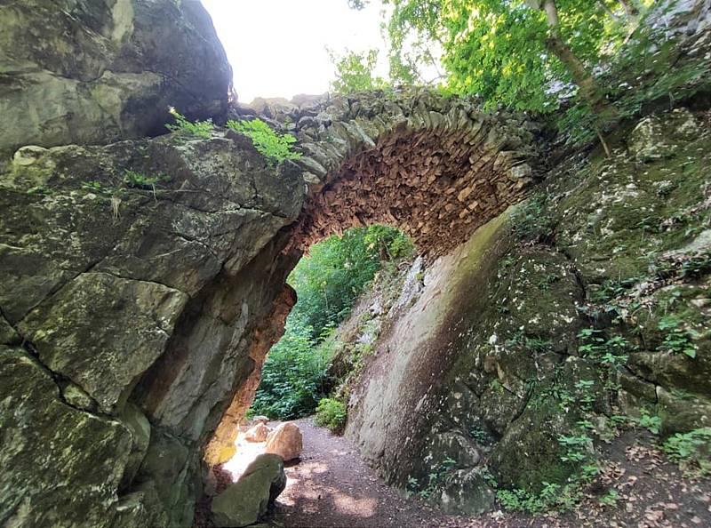 Z výletu do Nových Zámků v Litovelském Pomoraví. Čertův most takto spojil zdivem skalní soutěsku. Působí impozantně.