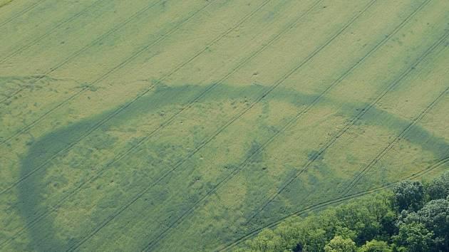 Letecký snímek pravěkého kruhového opevněného areálu na katastru Pasohlávek.