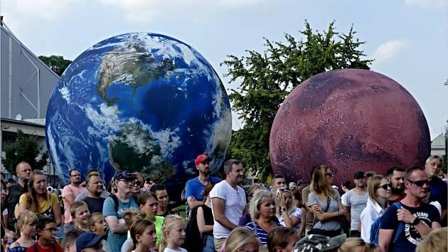 Do Břeclavi zavítalo mobilní planetárium.