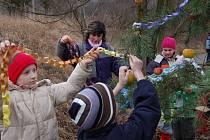 Tradici zdobení stromečku zvířátkům dodržují děti v Hustopečích již několik let.
