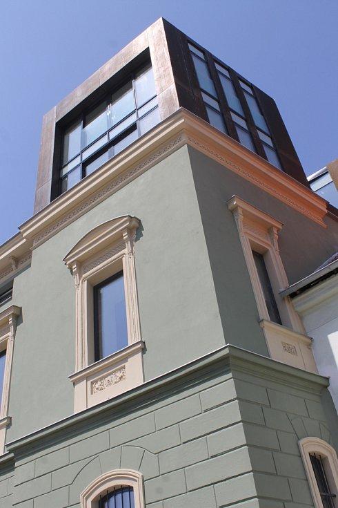 Po necelých dvou letech náročné rekonstrukce mikulovské budovy, v níž sídlí pošta, nelze kousek od Náměstí přehlédnout ojedinělé architektonické dílo. Po muzeu moderního umění jde o další projekt rodiny Závodných v Mikulově.