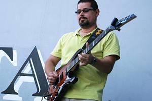 Kytarista břeclavské kapely Yantar Otakar Herák.