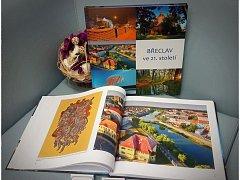 Břeclavští si mohou koupit v turistickém informačním centru novou knihu s názvem Břeclav ve 21. století. Tvoří jí především fotografie z různých částí města.