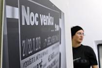 Na měsíc je v břeclavské knihovně k vidění výstava fotografií Zbyňka Uhra z Lanžhota. Jednatřicetiletý autor zachytil situace z premiérové Noci venku, která se konala v listopadu loňského roku v Břeclavi.