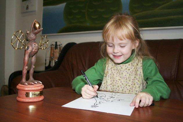 Julie Vojtková (na fotografii v šesti letech) maluje a kreslí od rána do večera. Podle maminky Jitky už jí ani nestačí papíry.