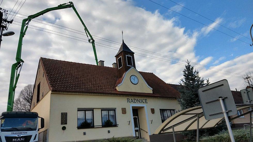 Vylívání stropu v přístavbě.