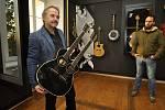 Z ilegální garáže až na americký trh vybudoval firmu na výrobu kytar František Furch z Velkých Němčic. Na snímku s kytarou, kterou vyrobil pro kapelu Scorpions.