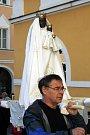 Zhruba stovka poutníků doprovázela v Mikulově sochu Černé Madony. Průvod nejen mikulovských věřících vyšel z Dietrichštejnské hrobky a směřoval přes historické Náměstí do kostela svatého Václava.