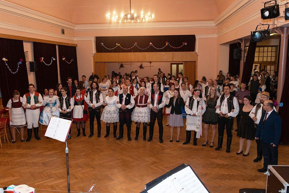 Krojový ples se v Hustopečích konal už pojedenadvacáté. Na snímku zpívají hosté i stárci vrtěnou.