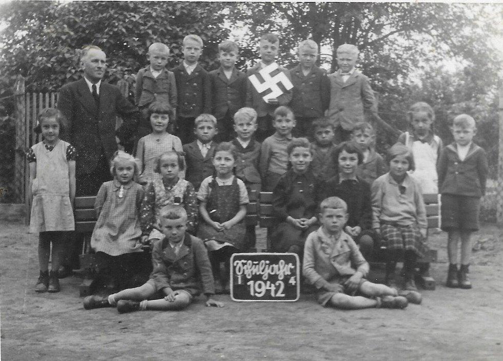 Školní třída ročníku 1935 na fotografii z roku 1942.