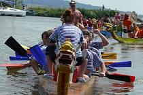 Při letošním Pálavském festivalu dračích lodí se pod Pavlovem sešlo opět po roce na 1500 dragonů. V kempu se během závodů bavili různě. Nechybělo občerstvení, živá i reprodukovaná hudba nebo různé vůdní radovánky.