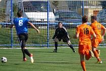 Ledničtí fotbalisté (v oranžovém) doma podlehli v okresním derby Podivínu.