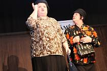 Povedlo se. Premiéra divadelního představení Zvonokosy se v Bavorech líbila zaplněnému sálu. Amatérským hercům i režisérce Zdeňce Krososkové tleskal také bývalý ministr financí Miroslav Kalousek.
