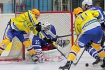 Břeclavští hokejisté (ve žlutém) doma otočili zápas s Novým Jičínem.