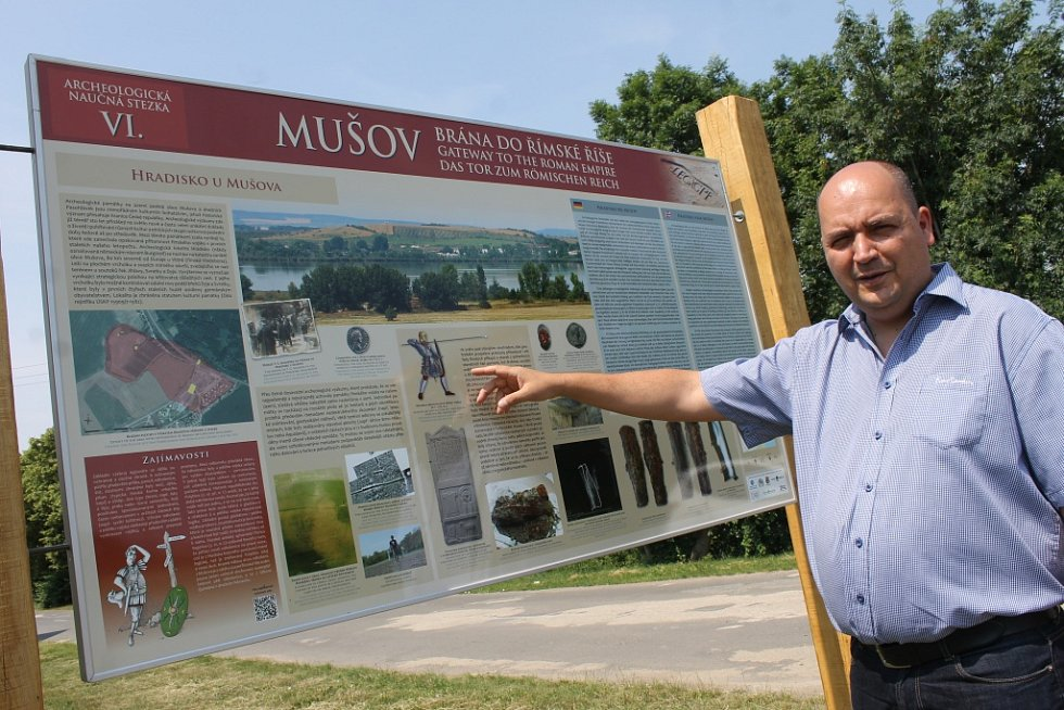 U Pasohlávek už existuje archeologická naučná stezka Mušov jako brána do Římské říše. Na snímku archeolog Balázs Komoróczy.
