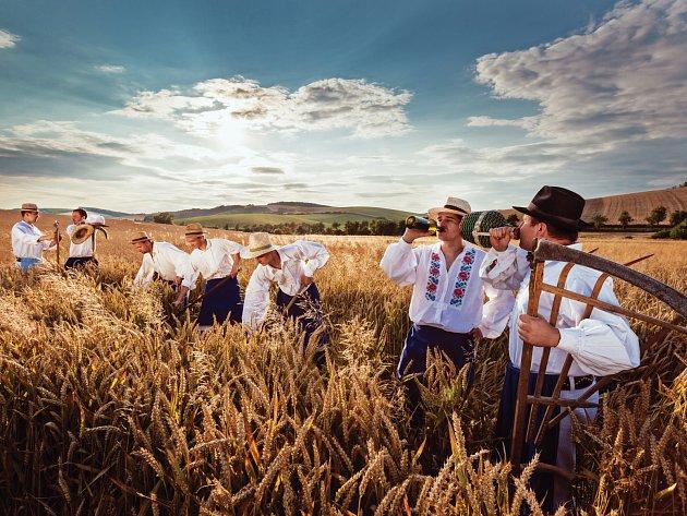 Sedm boleradických šohajů nafotilo folklorní kalendář. Téma každého snímku je spojené snějakou lidovou písní a zároveň činností typickou pro daný měsíc. Na některých snímcích se šohaji zkrojů iodvážně svlékli.