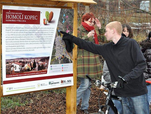 Dřevěné posezení s informační tabulí od úterý 13. prosince nově informuje cyklisty a kolemjdoucí o historii středověkého opevnění Homolí Kopec u Hustopečí.