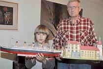 Sběratel papírových modelů Jan Defeld z Hustopečí se svým vnukem Vojtěchem.