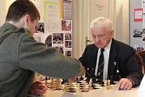 Na hustopečské radnici si dali dostaveníčko šachisté bez rozdílu věku.