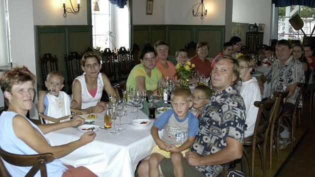 Rodina Hlaváčových z Březí v My hotelu v Lednici. Po slavnostním obědě byl dětem vyhrazen tenisový kurt. V zámeckém přístavišti na všechny výletníky čekala příjemná plavba lodí – to byl dárek od Jaroslava Martinka a 1. Plavební společnosti.