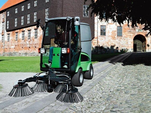 Vranovickým pomůže při úklidu malý traktor za dva miliony korun.