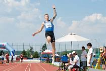 Radek Juška na mistrovství republiky v Plzni suverénně vyhrál soutěž ve skoku do dálky.