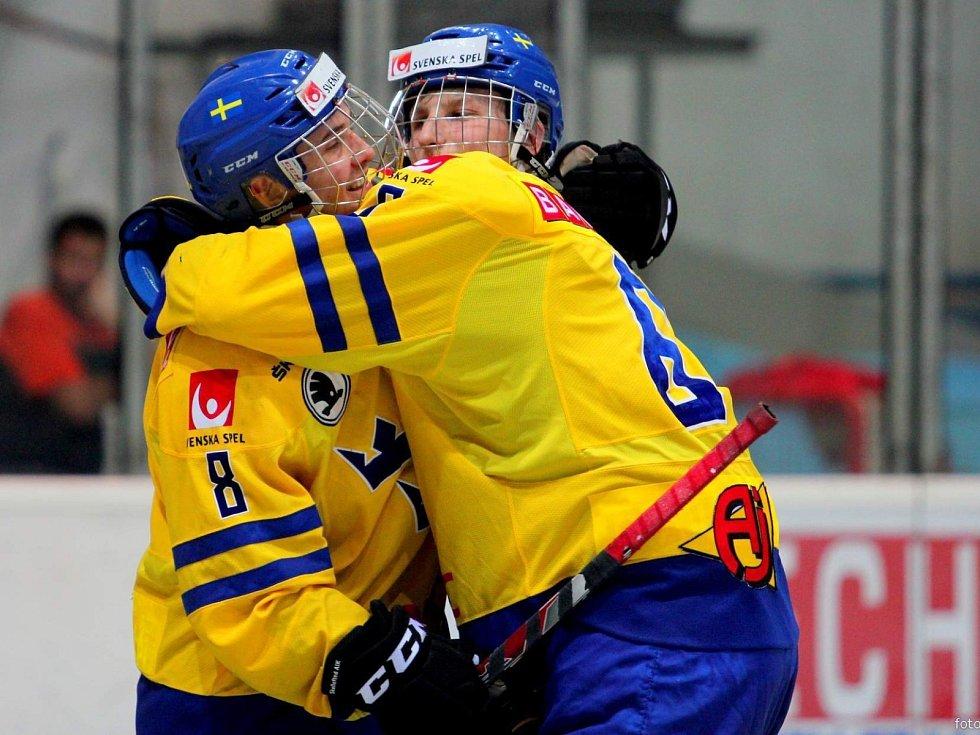 Česká osmnáctka (v červeném) se Švédy prohrála 0:2.