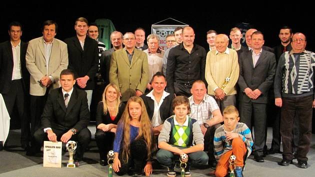 Společná fotografie všech oceněných sportovců v rámci galavečera Fotbalista roku 2013 na Břeclavsku.