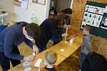 Návrat nejmladších školáků do lavic. V Dolních Věstonicích na Břeclavsku je testovali antigenními testy ze slin, které zakoupila obec. Bylo u toho veselo.