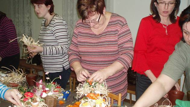 Ženy z mamina klubu tvořily půvabné jarně-velikonoční dekorace.