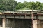 Výměna starého železničního mostu v Břeclavi se chýlí ke konci.