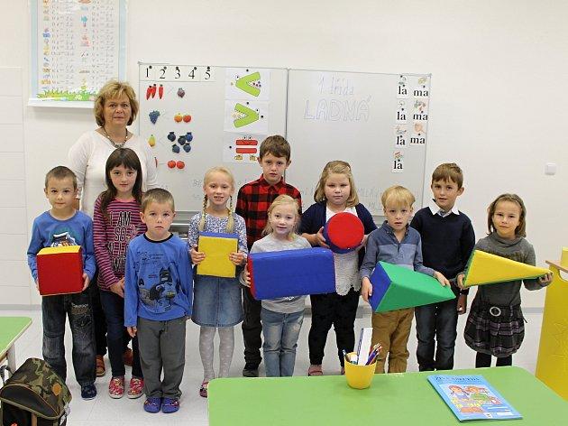 Žáci první třídy ze Základní školy vLadné spaní učitelkou Jitkou Vydrovou.