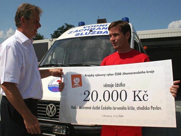 Poslanec Jiří Petrů (vlevo) předal v sobotu vodním záchranářům z Nových Mlýnů šek na dvacet tisíc korun.