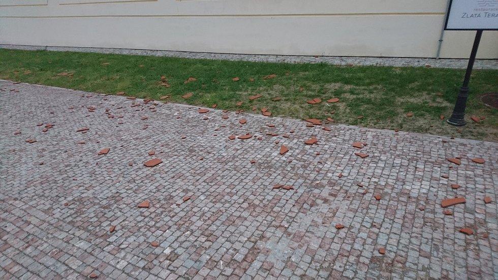 Poničená okna, fasáda a spadané tašky ze střech. Státní zámek Valtice sčítá škody po čtvrteční silné bouřce.