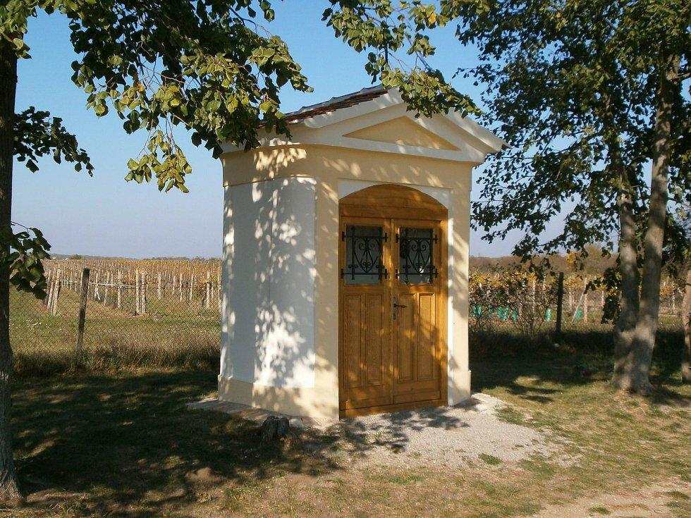 Kaple svatého Josefa ve Valticích. Opravené drobné sakrální stavby.
