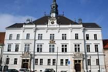 V novorenesanční budově radnice ve Valticích pracují úředníci i starosta města Pavel Trojan. Základní kámen stavby položili v srpnu 1887 za jeho předchůdce Karla Haussnera.