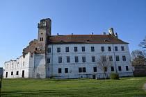 ZÁMEK V BŘECLAVI. V 19. století nechali zámek přestavět v romantickém stylu na umělou zříceninu. Město Břeclav má v plánu zámek v několika etapách opravit. Náklady by se mohly vyšplhat k více než dvěma stům milionů korun.