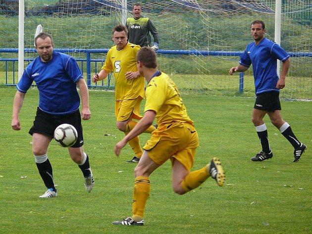 Podivín (v modrém) doma ztratil body s Vojkovicemi.