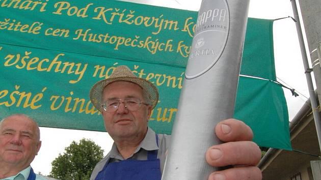 Vloni dostali vinaři z Turhandlí od svých rivalů odlivku na údajně nekvalitní vína. V sobotu ji vrátili zpět ve zpopelněné podobě v urničce. Na snímku Rudolf Poslušný.