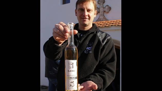 Pavel Lacina z velkopavlovického Vinařství Lacina představuje marhulové víno.