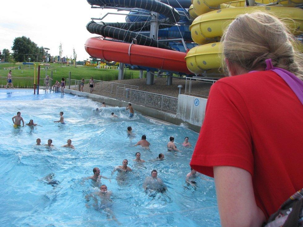 Pasohlávecký Aqualand Moravia v pátek najíždí na letní provoz. Sezonu otevřel už o víkendu. Možnost koupání nebo sjíždění tobogánů využili mnozí, hlavně rodiny s dětmi. U pokladen se však davy lidí netlačily.