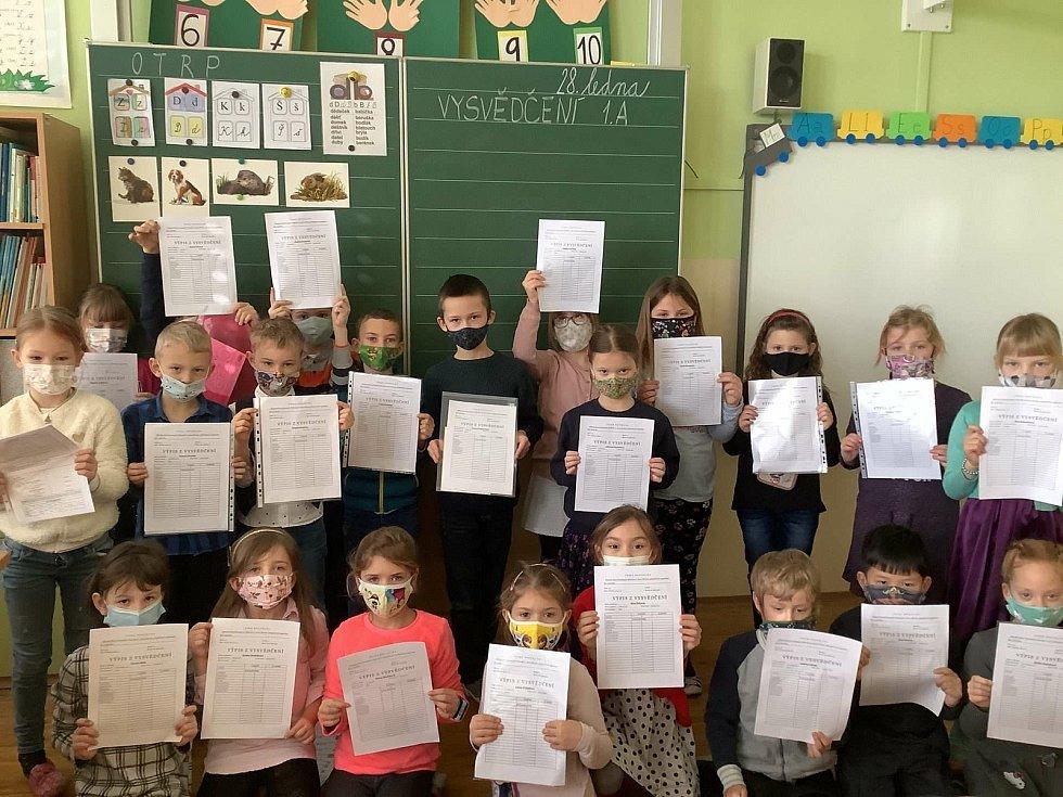 Prvňáci ze ZŠ Nádražní v Hustopečích se radují z prvního vysvědčení.