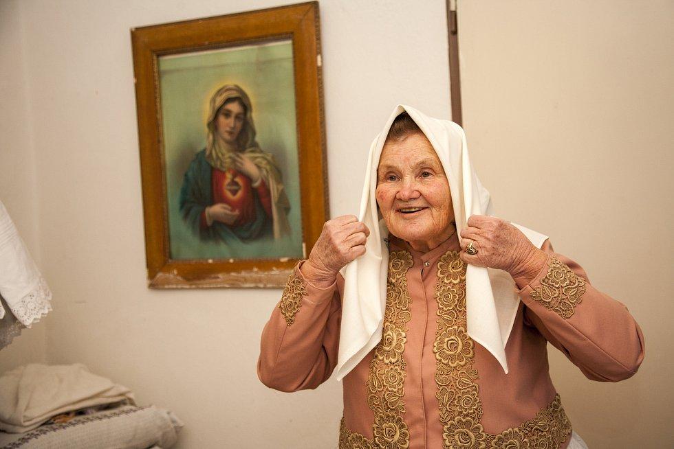 Líba Taylor zachycuje babičky v krojích. Fotografie budou k vidění v připravované knize Jihomoravské komunitní nadace a také na výstavách, například i v Americe.