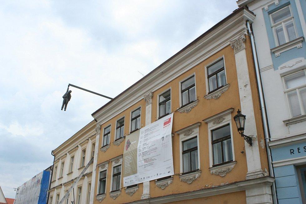 Až do konce srpna uvidí lidé na Náměstí v Mikulově sochu Viselec, kterou vytvořil umělec David Černý.