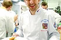 Člen Národního týmu kuchařů a cukrářů České republiky Martin Svatek servíruje hlavní chod kolegy Jana Horkého.
