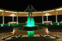 Nová kolonáda v Lednici nabízí nádherný pohled v noci. Návštěvníky upoutají různobarevně nasvícené gejzíry vody tryskající z fontán. Kolonáda spojuje lázeňský areál s centrem obce. Nechybí při ní ani amfiteátr.