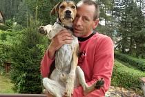 Martin Jelínek společně se svým psem, kterému říká Fanouš.