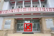 Do budovy úřadu se lidé dostanou pouze zadním vchodem.