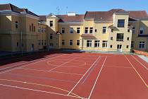 Dolnodunajovickým školákům slouží nové hřiště ve dvoře základní školy.